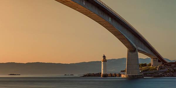 Isla Skye Escocia puente carretera bonita para conducir en las Highlands