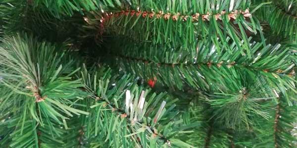 Árbol de Navidad artificial con soporte metálico de 120 cm chollazo en Amazon